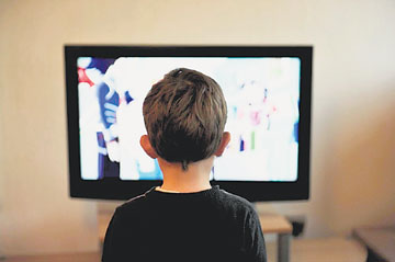 1080272CD _CHILD_WATCHES_TELEVISION
